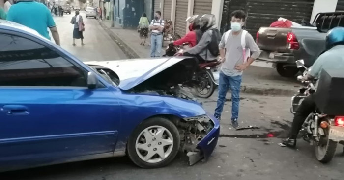Dos lesionados tras fuerte accidente en Avenida Gerardo Barrios, San Miguel