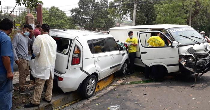 Dos lesionados tras fuerte choque en San Salvador