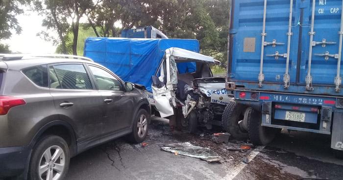 Mujer fallecida tras choque triple en carretera a Santa Ana