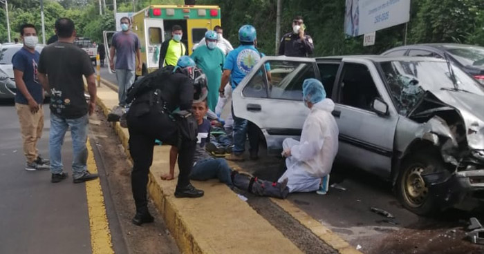 Dos lesionados tras choque sobre Bulevar Los 44 de Santa Ana