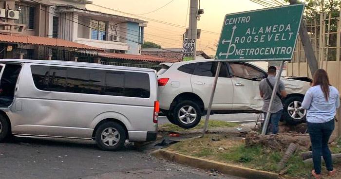 Dos lesionados tras fuerte choque en 6°-10° calle Poniente de San Salvador