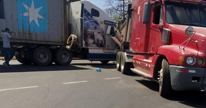 Choque entre rastras provoca caos vehicular en carretera a Sonsonate