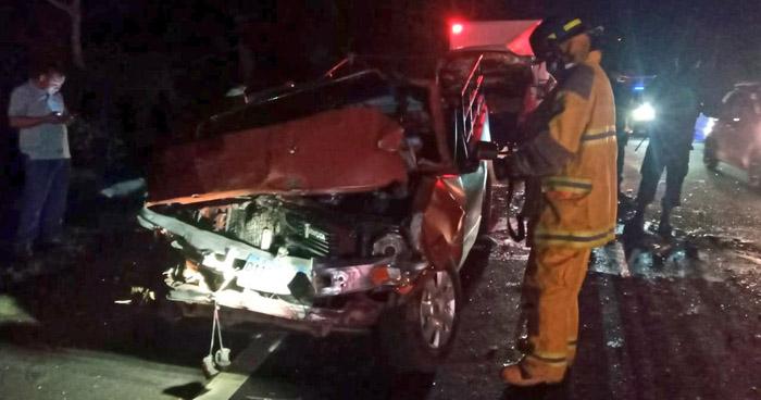 Conductor atrapado y varios lesionados tras accidentes en carretera de Sonsonate