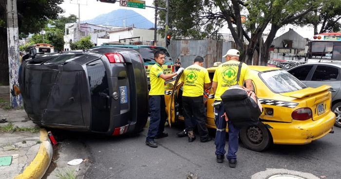 Dos lesionados tras choque y vuelco de vehículo en Avenida España de San Salvador