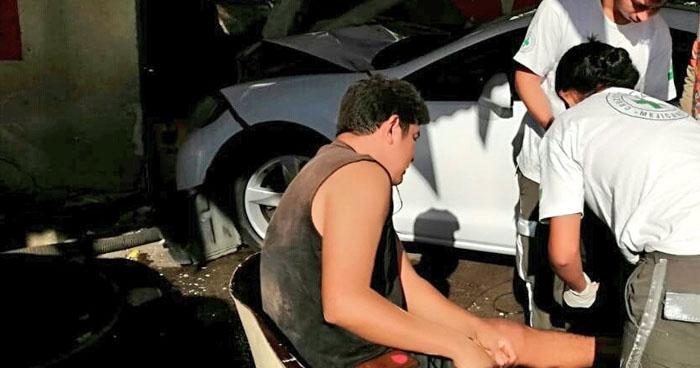 Vehículo impacta contra un carwash en Santa Tecla y deja a un lesionado