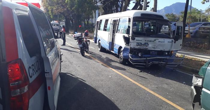 Mujer fallecida y varios lesionados tras fuerte choque en 6a y 10a Calle Poniente
