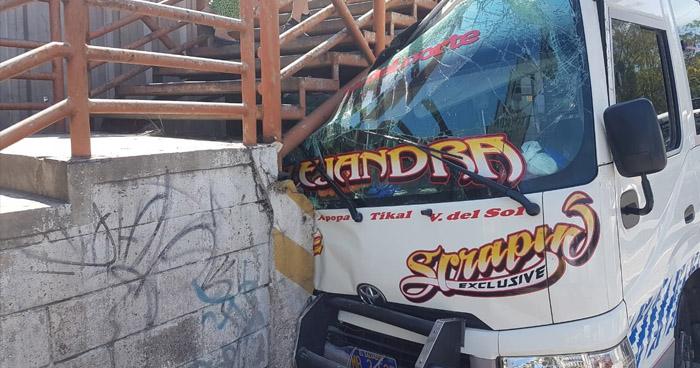 Motorista de microbús choca contra pasarela y deja tres lesionados