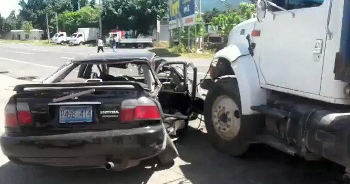 Dos lesionados tras fuerte choque en carretera a San Juan Opico