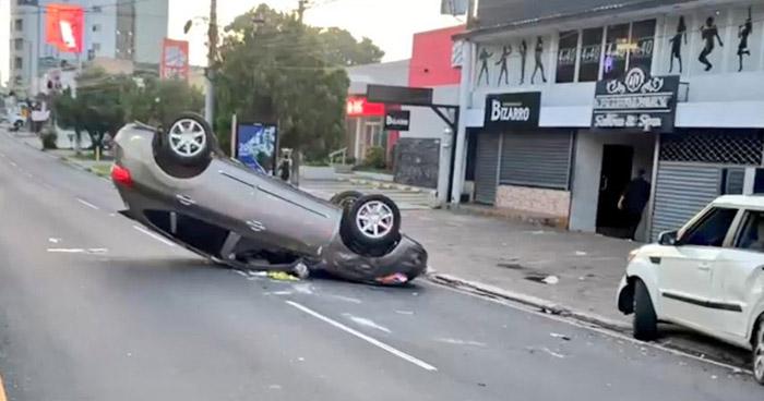 Conductor pierde el control y choca con tres vehículos en la Zona Rosa