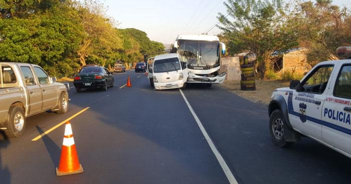 Un lesionado tras choque entre camión y autobús en carretera Panamericana