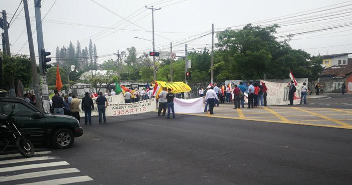 Sindicatos bloquean el paso en Alameda Juan Pablo Segundo y protestan en contra de la Ley del Servicio Público