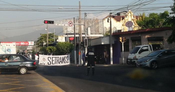 Cierran alameda Juan Pablo II en protesta contra la alcaldía de San Salvador