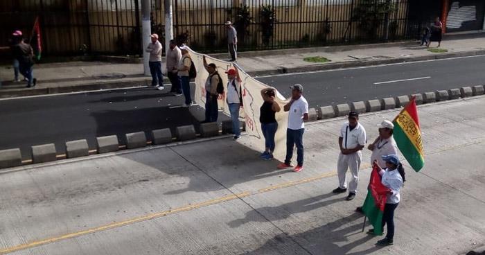 Empleados de la alcaldía de San Salvador protestan y cierran paso en alameda Juan Pablo II