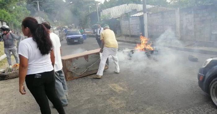 Cierran calle a Mariona en acción de protesta