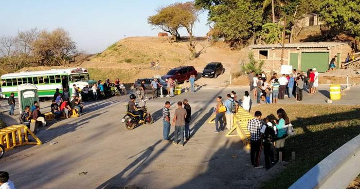 Cierran paso vehicular en carretera al Puerto de La Libertad