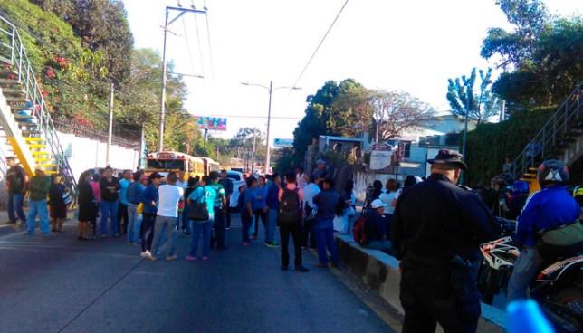 Manifestantes bloquean el paso de la salida de la colonia La Cima en protesta en contra de la Ruta 39 de Huizúcar