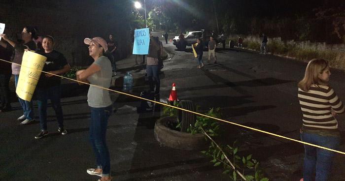 Cierran calle en Jardines del Cerro de Soyapango por falta de agua potable