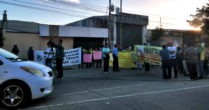 Exempleados de la Alcaldía de Santa Tecla cierran calles y exigen reinstalo