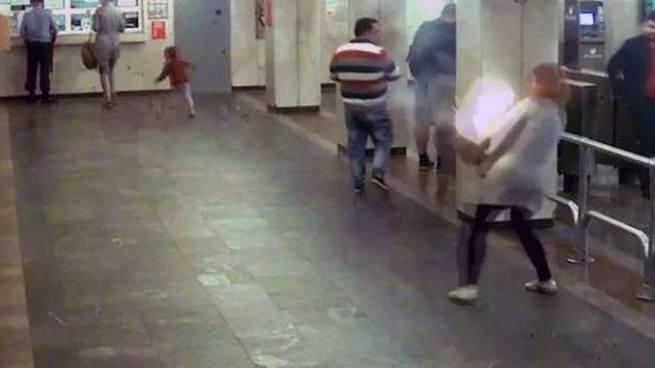 Vídeo: Cigarro eléctronico explota dentro de el bolso de una mujer