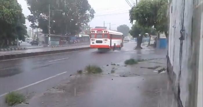 Acercamiento de una Onda Tropical favorecerá fuerte actividad eléctrica con lluvia, en franja central y norte del país