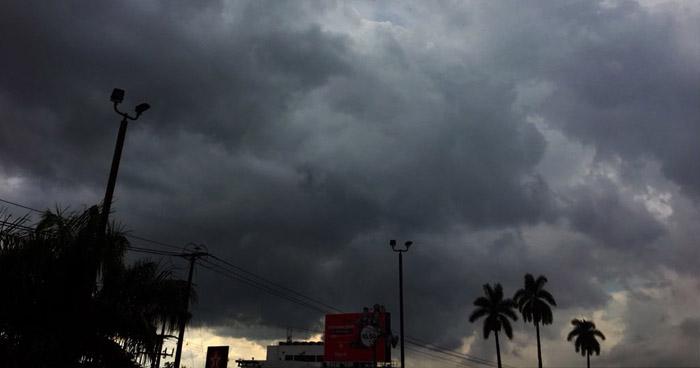 Onda Tropical sobre territorio salvadoreño en combinación con una vaguada generará abundante nubosidad con lluvias dispersas
