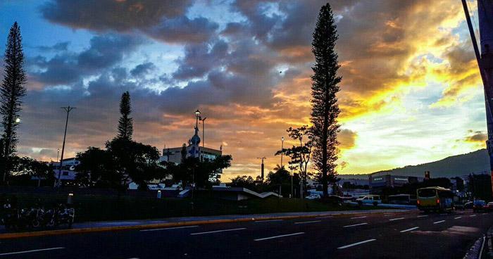 Vaguada desplazándose sobre el país mantendrá el ambiente caluroso y sofocante