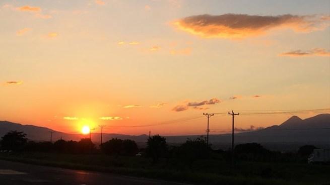 Cálido durante el día y fresco en horas nocturnas por circulaciones anticiclónicas al Sureste de Texas
