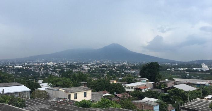 Probabilidad de lluvias dispersas con énfasis en la cordillera volcánica y zona norte del país