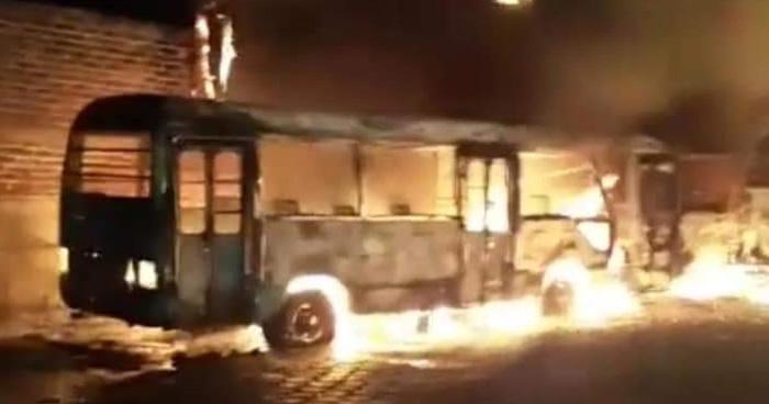 Al menos 5 microbuses resultaron dañados tras incendio en Ciudad Arce