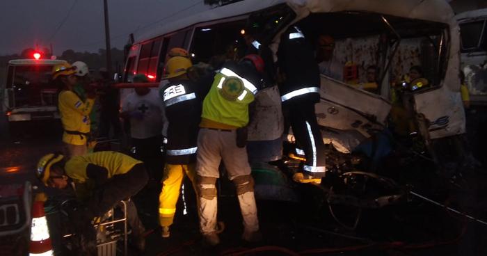 Dos fallecidos y más de 10 lesionados deja grave accidente de transito en Cuscatlán