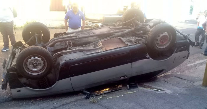 Conductor lesionado tras volcar su vehículo en avenida de San Salvador