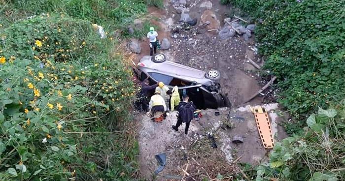 Rescatan con vida a conductor que se precipitó a un barranco en Redondel Integración