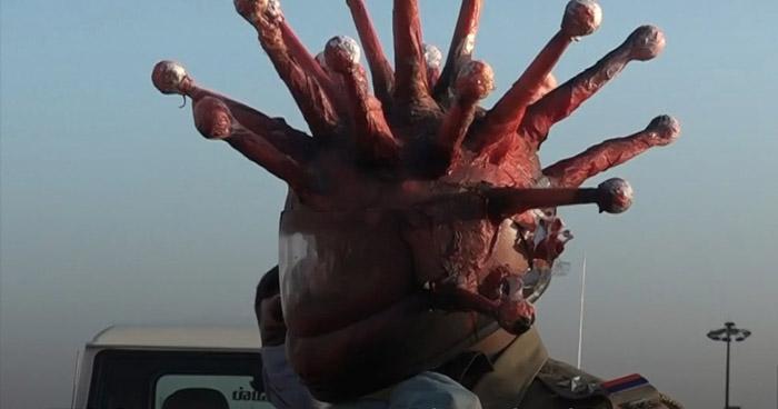 """Policía indio utiliza casco con forma de """"Coronavirus"""" para concientizar"""