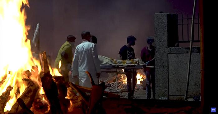 India organiza cremaciones masivas en la calle ante crisis por el COVID-19