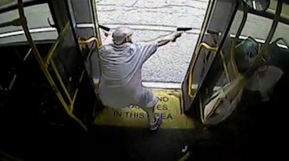 Filtran vídeo de enfrentamiento entre policías y un criminal armado en un autobús en EE.UU.
