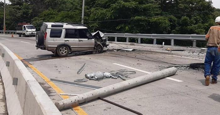 Conductor chocó y derribó un poste que bloqueo parte de la carretera al Puerto de La Libertad