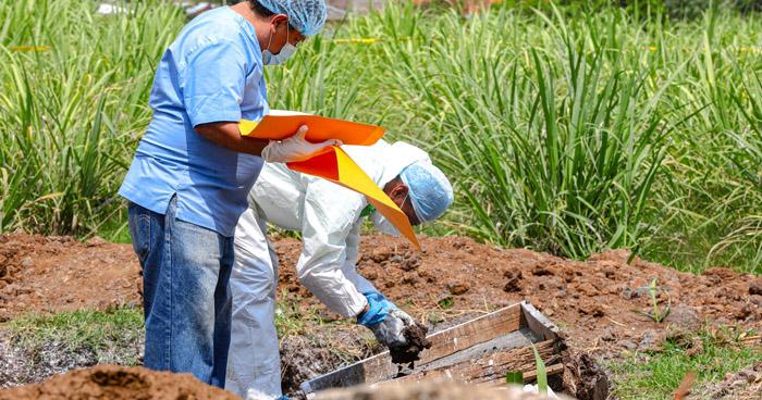 Entregan 12 cuerpos de víctimas encontradas en fosas en casa de expolicía en Chalchuapa