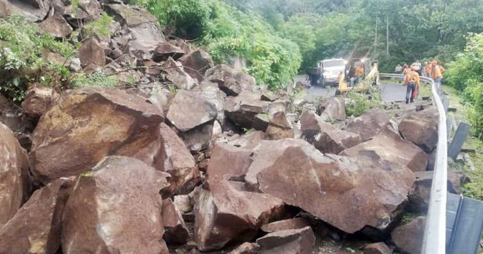 Derrumbe en carretera que conduce a Jujutla, en Ahuachapán