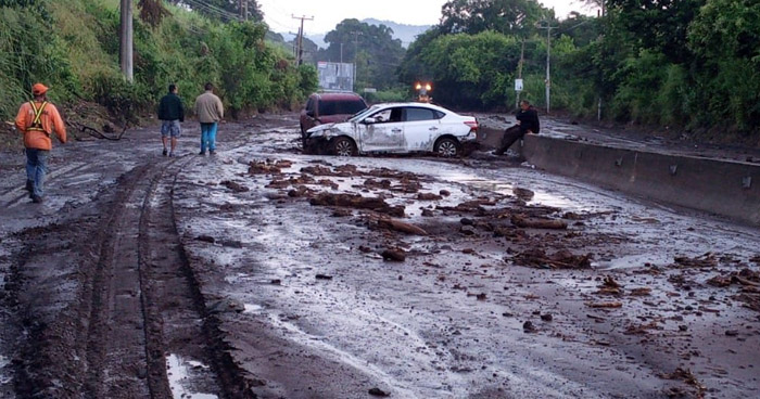 Cerrado el paso de Quezaltepeque al redondel Integración por derrumbe en Nejapa