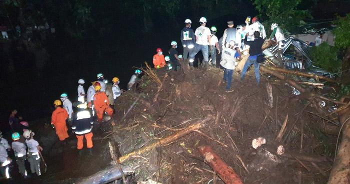 Más de 50 personas soterradas tras deslave en Nejapa, 6 cadáveres han sido encontrados