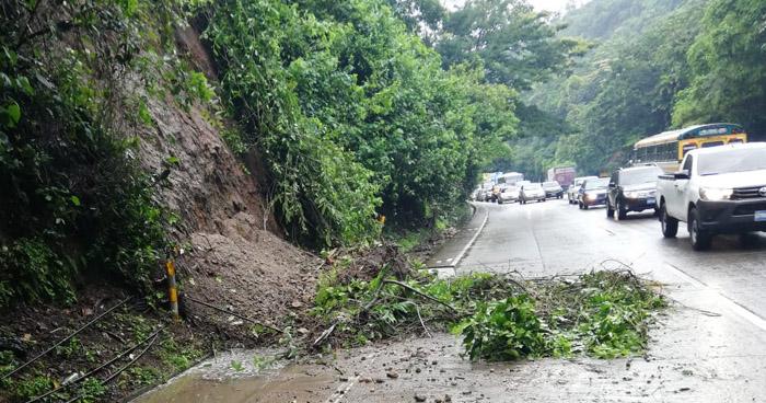 Prohibido el paso por carretera Los Chorros para vehículos pesados