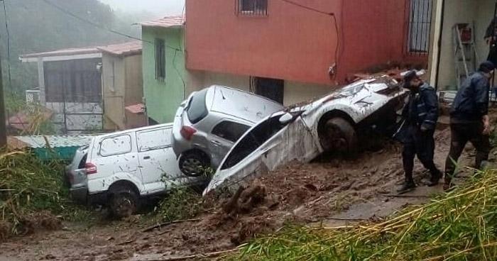 Vehículos y viviendas dañadas por derrumbe en Planes de Renderos