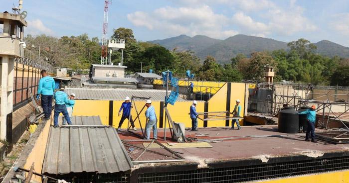 Inician proceso de demolición del Centro Penal de Chalatenango
