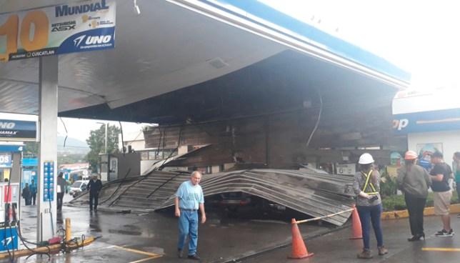 Fuerte lluvia provoca que el techo de una gasolinera en Santa Tecla se desplomara