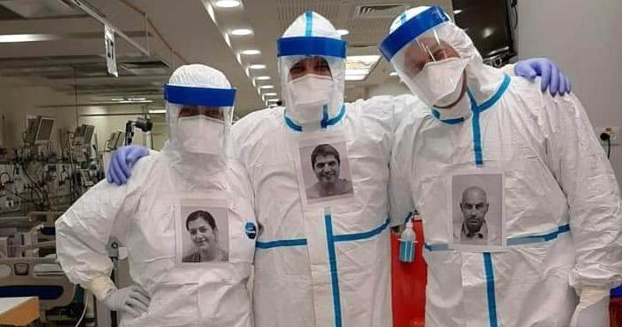 Doctores colocan su retrato en los trajes que los protege del COVID-19 para que pacientes los reconozcan