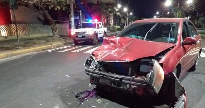 Mujer con 476 grados de alcohol choca contra patrulla policial en San Salvador