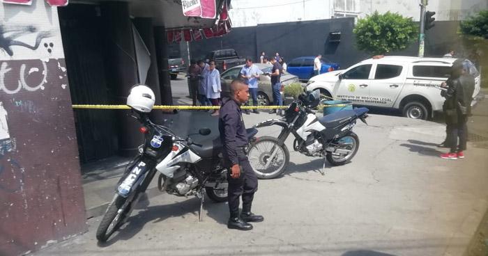 Hombre muere en la entrada del excine Central de San Salvador