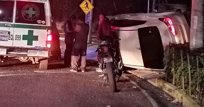 Conductor ebrio provoca accidente y vuelca por Zona Rosa