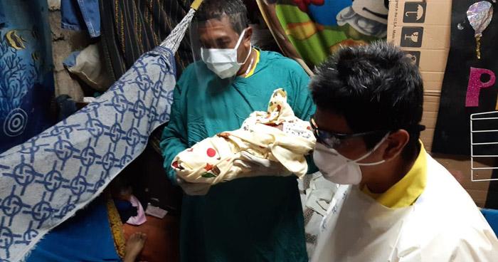 Mujer da a luz en su casa por temor a contagiarse de COVID-19 en un Hospital