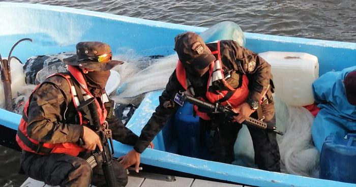 Ubican embarcación con bultos y a pandillero asesinado en Estero de Jaltepeque